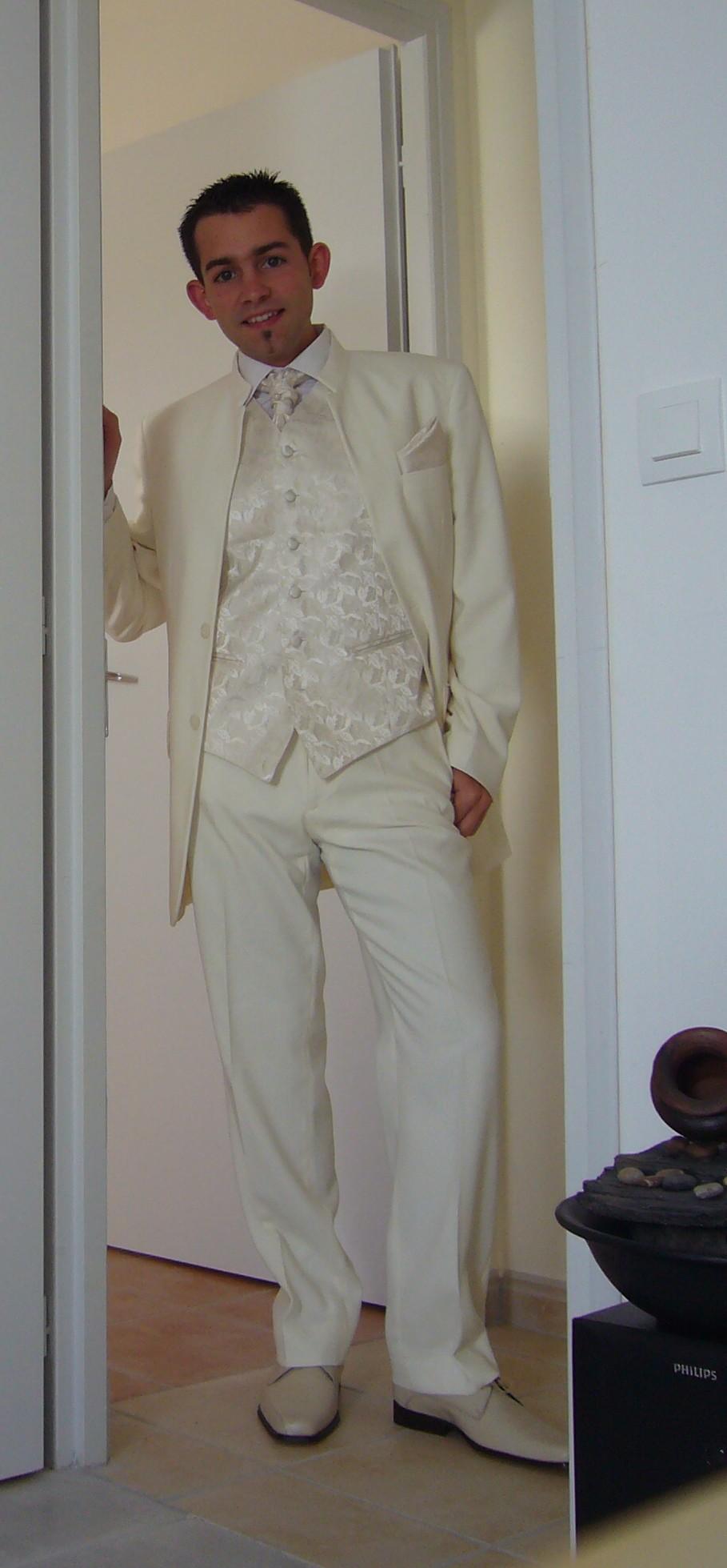 comme dhabitude un peu larrache romain achte son costume la dernire minute le jour de lenterrement de vie de garon - Costume Mariage Blanc Cass